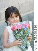 Купить «Девочка в белом платье и с букетом маленьких розочек», фото № 5048886, снято 13 сентября 2013 г. (c) Emelinna / Фотобанк Лори
