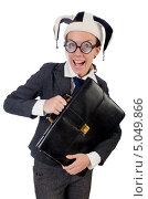 Деловая женщина в круглых нелепых очках и шутовской шляпе держит в руках черный портфель. Стоковое фото, фотограф Elnur / Фотобанк Лори