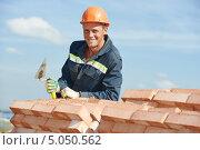 Купить «Улыбающийся строитель на фоне кладки кирпичей», фото № 5050562, снято 10 сентября 2013 г. (c) Дмитрий Калиновский / Фотобанк Лори