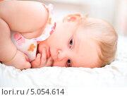 Купить «Задумчивая годовалая девочка», фото № 5054614, снято 26 октября 2012 г. (c) Андрей Армягов / Фотобанк Лори