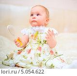 Купить «Годовалая девочка в светлом платье на диване с расческой», фото № 5054622, снято 26 октября 2012 г. (c) Андрей Армягов / Фотобанк Лори