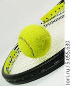 Теннисный мяч лежит на ракетке. Стоковое фото, фотограф Артур Буйбаров / Фотобанк Лори
