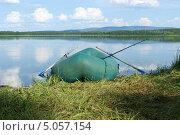 Купить «Резиновая лодка на берегу озера», фото № 5057154, снято 10 июля 2013 г. (c) Александр Игнатов / Фотобанк Лори