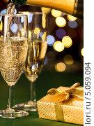 Купить «Бокалы с шампанским и подарок», фото № 5059094, снято 22 августа 2013 г. (c) CandyBox Images / Фотобанк Лори