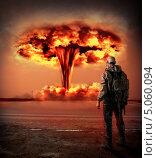 Купить «Всемирный Апокалипсис. Мужчина в противогазе смотрит на ядерный взрыв», фото № 5060094, снято 19 июня 2018 г. (c) katalinks / Фотобанк Лори