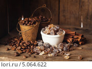 Купить «Тростниковый сахар, палочки корицы и кофейные зерна», фото № 5064622, снято 19 сентября 2013 г. (c) Лисовская Наталья / Фотобанк Лори