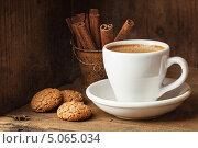 Купить «Чашка кофе, печенье и палочки корицы», фото № 5065034, снято 19 сентября 2013 г. (c) Лисовская Наталья / Фотобанк Лори