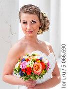 Купить «Милая невеста с букетом невесты в руках», эксклюзивное фото № 5066690, снято 15 июня 2013 г. (c) Игорь Низов / Фотобанк Лори