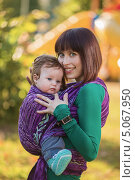 Купить «Молодая женщина с ребенком в слинге», фото № 5067950, снято 30 августа 2013 г. (c) Юрий Викулин / Фотобанк Лори