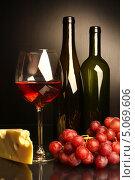 Композиция с бокалом красного вина, сыром и виноградом. Стоковое фото, фотограф Виктор Топорков / Фотобанк Лори