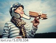Купить «Мальчик играет с деревянным самолетом на лугу», фото № 5070334, снято 13 июля 2013 г. (c) Raev Denis / Фотобанк Лори
