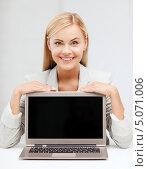 Купить «Молодая женщина работает в офисе», фото № 5071006, снято 30 марта 2013 г. (c) Syda Productions / Фотобанк Лори