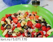 Купить «Овощной салат с креветками заправляют маслом», эксклюзивное фото № 5071170, снято 24 мая 2012 г. (c) Алёшина Оксана / Фотобанк Лори