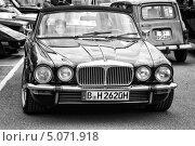 Купить «Автомобиль Daimler Double-Six (Jaguar XJ). Черно-белый. Стилизация под пленку. Крупное зерно», фото № 5071918, снято 11 мая 2013 г. (c) Sergey Kohl / Фотобанк Лори