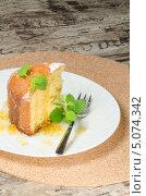 Купить «Пирог из кукурузной муки с листьями мяты и вилка на белой тарелке», фото № 5074342, снято 12 сентября 2013 г. (c) Зинаида Зайко / Фотобанк Лори