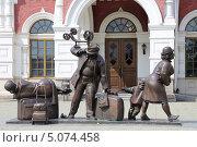Скульптура «Пассажиры» на фоне здания старого железнодорожного вокзала, г. Екатеринбург (2013 год). Редакционное фото, фотограф Алексей Гусев / Фотобанк Лори