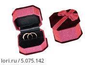 Открытая и закрытая красная бархатная коробочка с двумя золотыми кольцами. Стоковое фото, фотограф Елена Заммоева / Фотобанк Лори