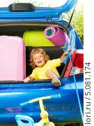 Купить «Счастливый мальчик вылезает из багажника автомобиля», фото № 5081174, снято 3 августа 2013 г. (c) Сергей Новиков / Фотобанк Лори