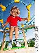 Купить «Счастливый мальчик ползает по паутине на детской площадке», фото № 5081226, снято 13 августа 2013 г. (c) Сергей Новиков / Фотобанк Лори