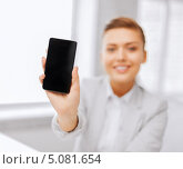 Купить «Молодая женщина с современным мобильным телефоном или смартфоном», фото № 5081654, снято 1 июня 2013 г. (c) Syda Productions / Фотобанк Лори