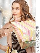 Купить «Красивая женщина в плаще с покупками в пакетах», фото № 5082078, снято 10 октября 2010 г. (c) Syda Productions / Фотобанк Лори