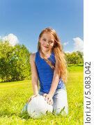 Купить «Девочка с мячом сидит на лугу», фото № 5083042, снято 17 августа 2013 г. (c) Сергей Новиков / Фотобанк Лори