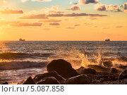 Купить «Брызги морского прибоя в лучах заходящего солнца», фото № 5087858, снято 1 сентября 2013 г. (c) Владимир Сергеев / Фотобанк Лори
