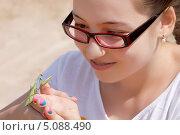 Купить «Богомол на руке девочки», фото № 5088490, снято 24 августа 2013 г. (c) Хайрятдинов Ринат / Фотобанк Лори