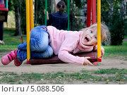 Купить «Девочка качается на качелях лёжа», фото № 5088506, снято 7 сентября 2013 г. (c) Хайрятдинов Ринат / Фотобанк Лори