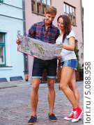 Молодая пара с картой города на улице. Стоковое фото, фотограф Andrejs Pidjass / Фотобанк Лори