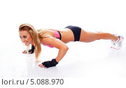 Купить «Спортивная девушка выполняет отжимания», фото № 5088970, снято 27 мая 2013 г. (c) Andrejs Pidjass / Фотобанк Лори