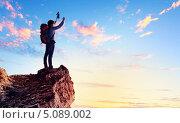 Купить «Счастливый альпинист машет руками с вершины покоренной горы», фото № 5089002, снято 11 мая 2012 г. (c) Sergey Nivens / Фотобанк Лори