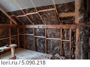 Купить «Утеплитель в стенах деревянного каркасного дома», эксклюзивное фото № 5090218, снято 25 сентября 2013 г. (c) Родион Власов / Фотобанк Лори