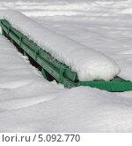 Зеленая старая скамейка под снегом. Стоковое фото, фотограф Ирина Яздан Мехр / Фотобанк Лори