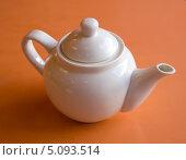 Купить «Заварочный чайник на оранжевом фоне», фото № 5093514, снято 19 июня 2013 г. (c) Вячеслав Палес / Фотобанк Лори