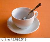 Купить «Ложка в чашке на оранжевом фоне», фото № 5093518, снято 19 июня 2013 г. (c) Вячеслав Палес / Фотобанк Лори