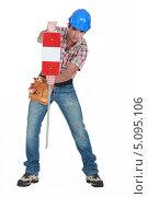 Купить «Дорожный рабочий устанавливает знак ограждения», фото № 5095106, снято 12 апреля 2011 г. (c) Phovoir Images / Фотобанк Лори