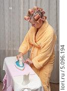 Девушка в бигуди гладит одежду. Стоковое фото, фотограф Андрей Некрасов / Фотобанк Лори