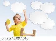 Купить «Ребёнок ловит облака, стоя на лестнице», фото № 5097010, снято 13 ноября 2012 г. (c) Андрей Кузьмин / Фотобанк Лори