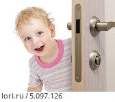 Купить «Веселый ребенок выглядывает из-за двери», фото № 5097126, снято 29 июля 2012 г. (c) Андрей Кузьмин / Фотобанк Лори