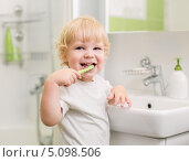 Счастливый ребенок чистит зубы. Стоковое фото, фотограф Андрей Кузьмин / Фотобанк Лори