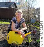 Купить «Веселая женщина с лейкой на дачном участке», фото № 5102918, снято 12 мая 2013 г. (c) Евгений Ткачёв / Фотобанк Лори