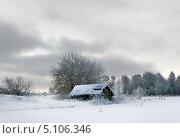 Купить «Одинокий домик в деревне, зимний пейзаж, пасмурный вечер», фото № 5106346, снято 3 марта 2013 г. (c) ElenArt / Фотобанк Лори