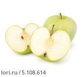 Купить «Зеленое целое и разрезанное яблоки», фото № 5108614, снято 12 марта 2012 г. (c) Natalja Stotika / Фотобанк Лори