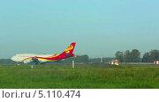 Купить «Самолет в аэропорту», видеоролик № 5110474, снято 25 сентября 2013 г. (c) Игорь Жоров / Фотобанк Лори
