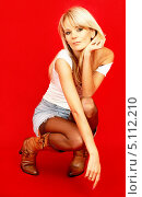 Купить «Энергичная блондинка на красном фоне», фото № 5112210, снято 7 октября 2006 г. (c) Syda Productions / Фотобанк Лори