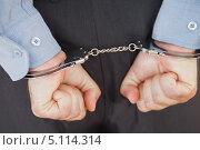 Купить «Сжатые в кулаки мужские руки в наручниках», фото № 5114314, снято 2 августа 2012 г. (c) Wavebreak Media / Фотобанк Лори