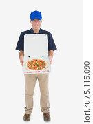 Купить «Улыбающийся разносчик пиццы с открытой коробкой пиццы», фото № 5115090, снято 2 августа 2012 г. (c) Wavebreak Media / Фотобанк Лори