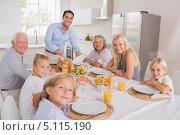 Купить «Отец режет индейку за праздничным столом», фото № 5115190, снято 14 октября 2012 г. (c) Wavebreak Media / Фотобанк Лори