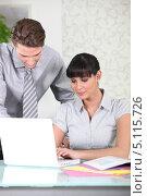 Девушка и её коллега в офисе. Стоковое фото, фотограф Phovoir Images / Фотобанк Лори